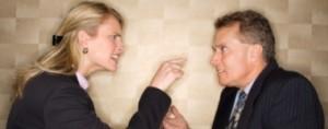 Cuando se trata de otros se nos hace más difícil pensar que pueden haber influido variables contextuales (externas). Sin embargo, cuando se trata de la propia conducta son estos factores externos los primeros que se presentan a la mente para explicar nuestros comportamientos y motivaciones. Este mismo proceso de pensamiento se hace presente en muchas otras instancias del diario vivir.