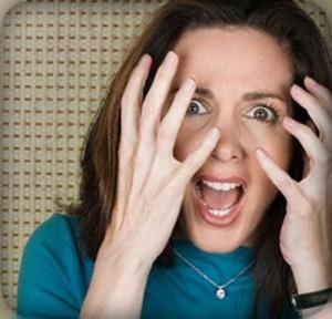 La exposición (real o imaginada) al objeto  de la fobia gatilla respuestas y síntomas ansiosos, así como la necesidad de evitar constantemente la exposición a él.